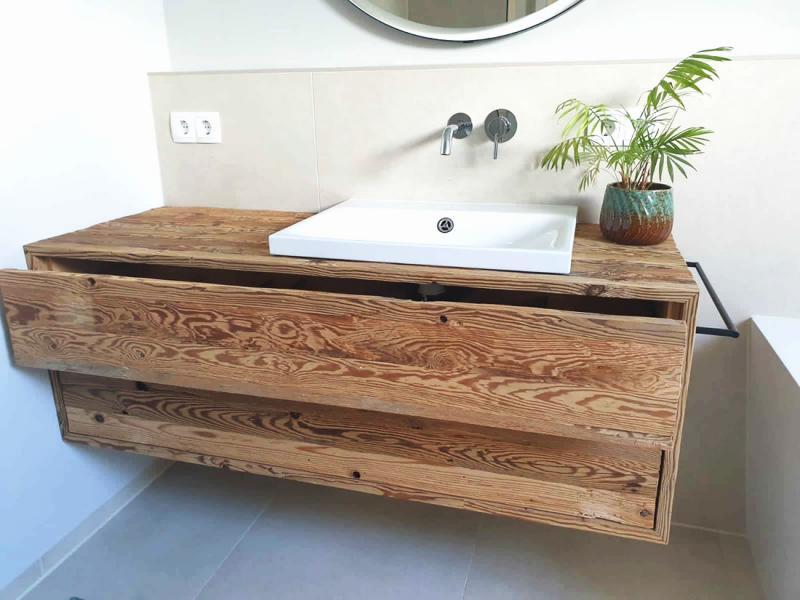 Waschtisch aus Altholz gehackt mit zwei Schubkasten