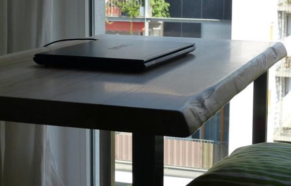 schreibtischplatte aus eiche mit baumkante. Black Bedroom Furniture Sets. Home Design Ideas